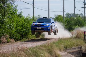 軽快にロードを疾走するチーム・クニサワのラリー車