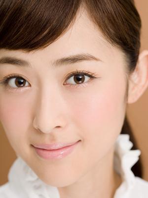 奥二重の人気女優・綾瀬はるかさんに学ぶ透明感メイク